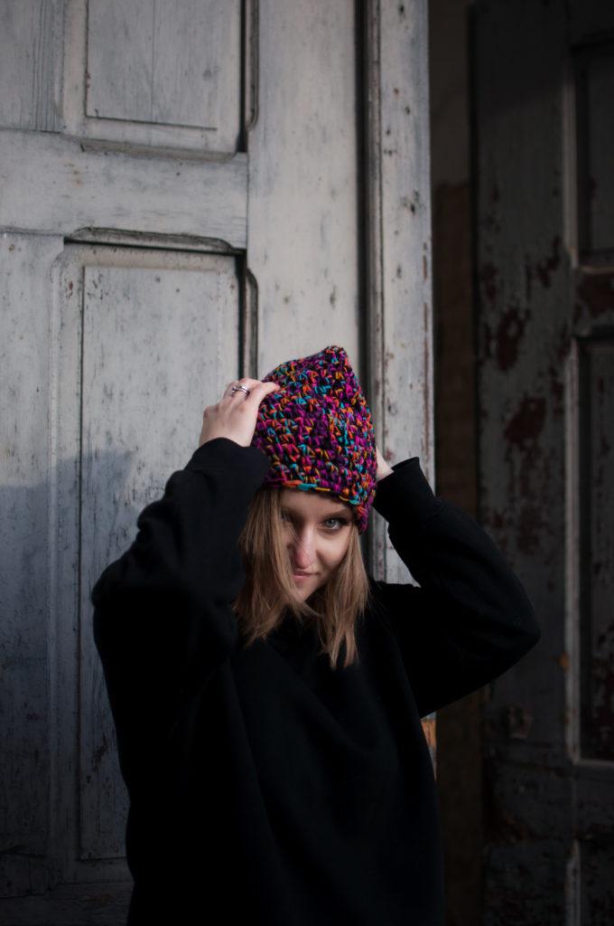 dziewczyna w czapce ręcznie zrobionej