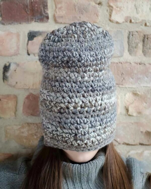 czapka zrobiona szydełkiem nałozona na całą twarz