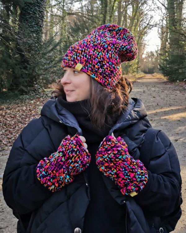 W parku, ja ubrana na czarno w kolorowej czapce i rękawiczkach zrobionych na szydełku