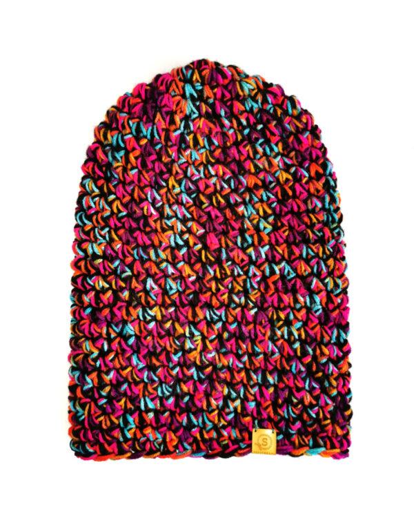 czapka zrobiona na szydełku z kolorowych nitek