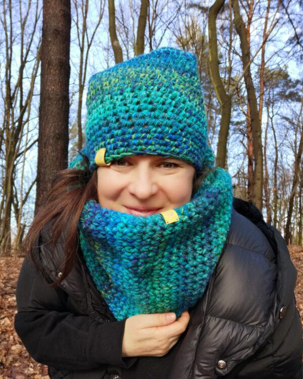 To ja w lesie, w turkusowej czapce i kominie własnoręcznie wydzierganymi