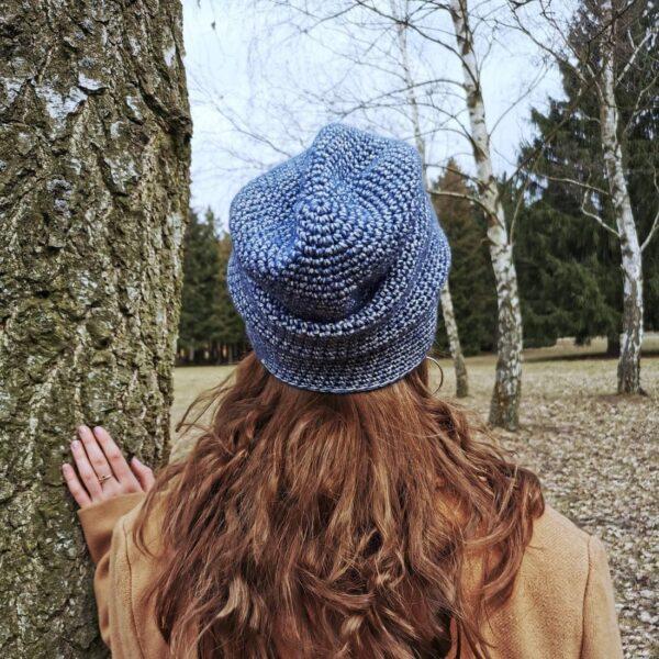 dziewczyna w czapce stoi tyłem