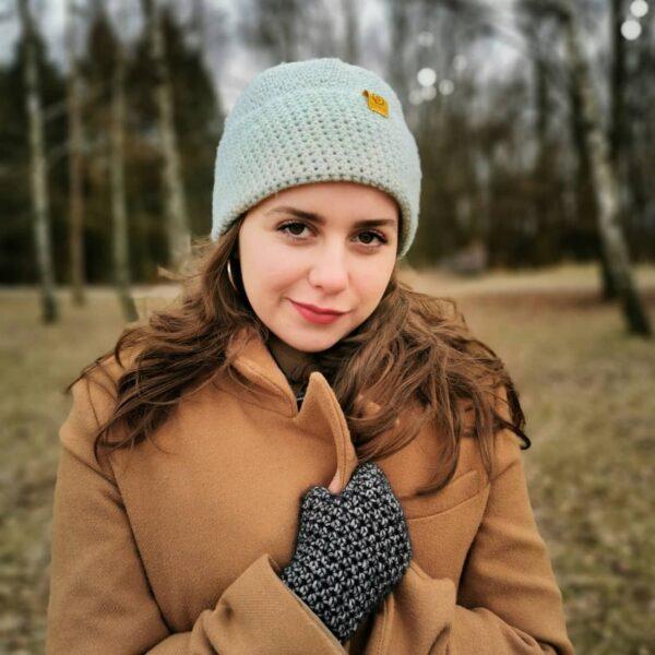 dziewczyna w wiosennej czapce