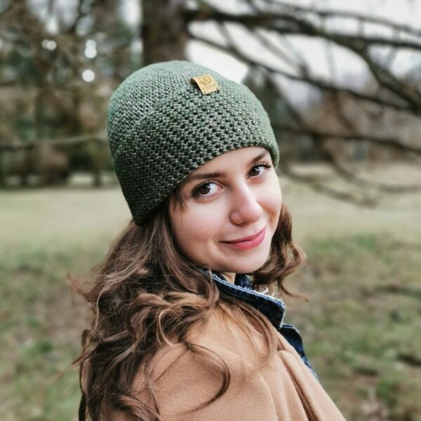 Dziewczyna w zielonej czapce