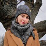 dziewczyna w czapce na tle drzewa