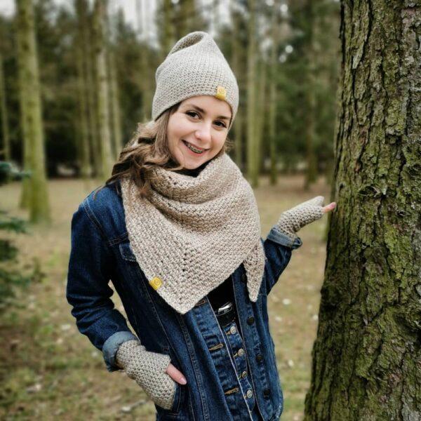 dziewczyna w parku, na głowie ma czapkę i jest owinięta chustą