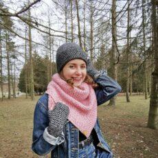 Dziewczyna w parku, urana w jeans i komplet wiosenny