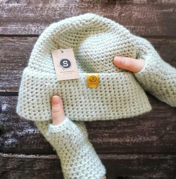 Dłonie w rękawiczkach trzymają czapkę
