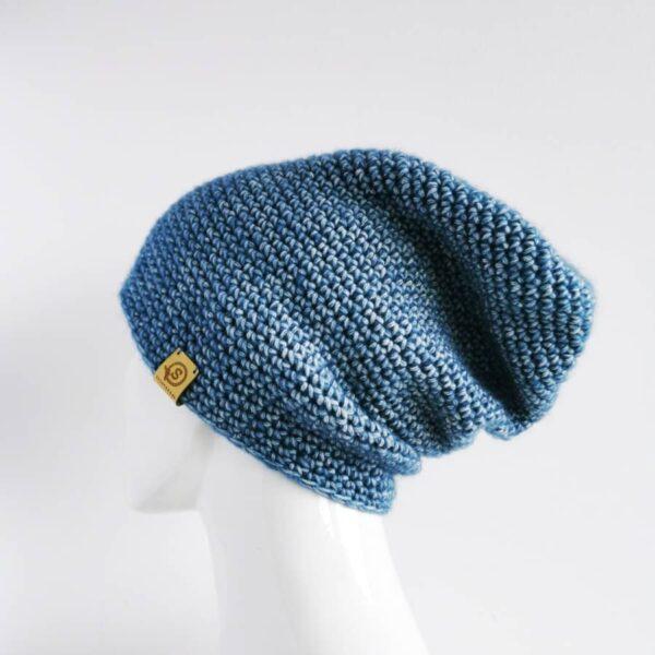 niebieska czapka na manekinie